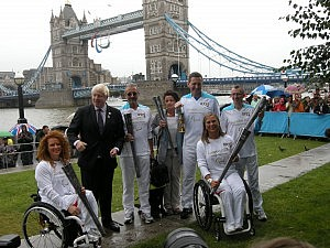 Esther Weber mit Londons Bürgermeister Boris Johnson und andenen Paralympic-Fackelträgern
