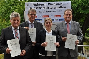 Hugo Ruppenthal (von links) und Jürgen Seemann von der Sparkasse, Cécile Kilgus vom Europa-Park und Dieter Nagel von den Stadtwerken erhielten eine Dankesurkunde mit dem neuen Emblem des DFB-Nachwuchszentrums.