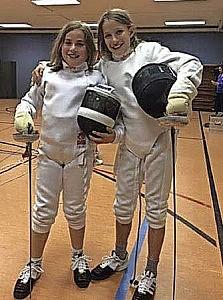 Philine Kaltenbach (rechts) und ihre Freundin Paula stehen auf's Fechten